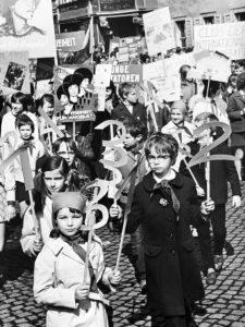 """Foto: Reinhard Mende, """"Freiheit für Angela"""" 1. Mai 1972, Altenburg (c) Mende Archiv ZeitBlicke Zürchau 2019"""