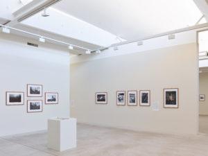 Die Ausstellung Fotografinnen an der Front – Von Lee Miller bis Anja Niedringhaus widmet sich der Bildberichterstattung aus internationalen Kriegen und Konflikten. Gezeigt werden rund 140 zwischen 1936 und 2011 entstandene Bilder der Fotojournalistinnen und Dokumentarfotografinnen Carolyn Cole (*1961), Françoise Demulder (1947–2008), Catherine Leroy (1944–2006), Susan Meiselas (*1948), Lee Miller (1907–1977), Anja Niedringhaus (1965–2014), Christine Spengler (*1945) und Gerda Taro (1910–1937). In ihren Aufnahmen geben die Fotografinnen einen fragmentarischen Einblick in die komplexe Realität des Krieges, vom Spanischen Bürgerkrieg über den 2. Weltkrieg und den Vietnamkrieg, bis zu jüngeren internationalen Kriegsgeschehen im Balkan, in Afghanistan, Irak oder Libyen.